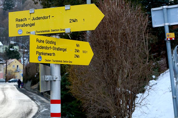 Wegweiser am Schlossplatz zur Burgruine Gösting